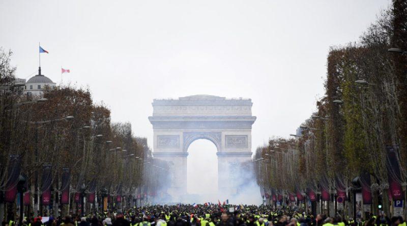 Gilet gialli in piazza a Parigi: scontri e arresti