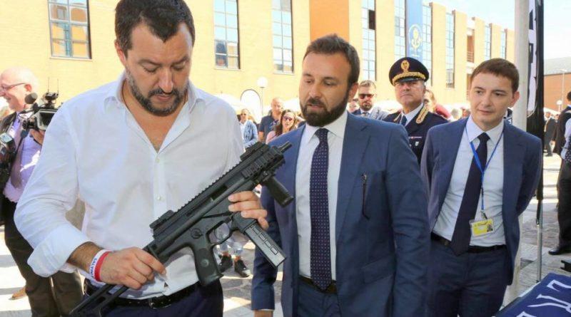 """Salvini con il mitra """"polemiche inutili"""". """"Sì alla leva obbligatoria"""", il no del ministro della Difesa"""