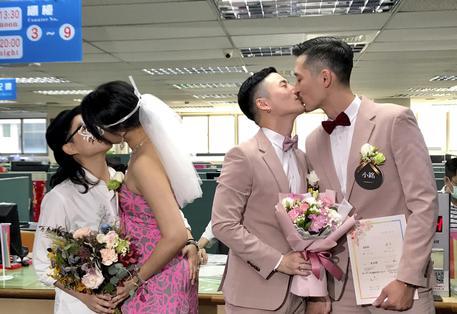 Taiwan, è subito boom di matrimoni gay