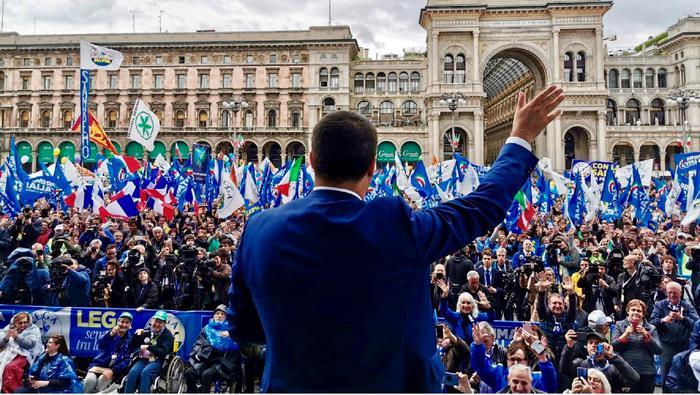 """Salvini a Milano, fa il moderato: """"Estremista è chi guida l'Europa"""""""