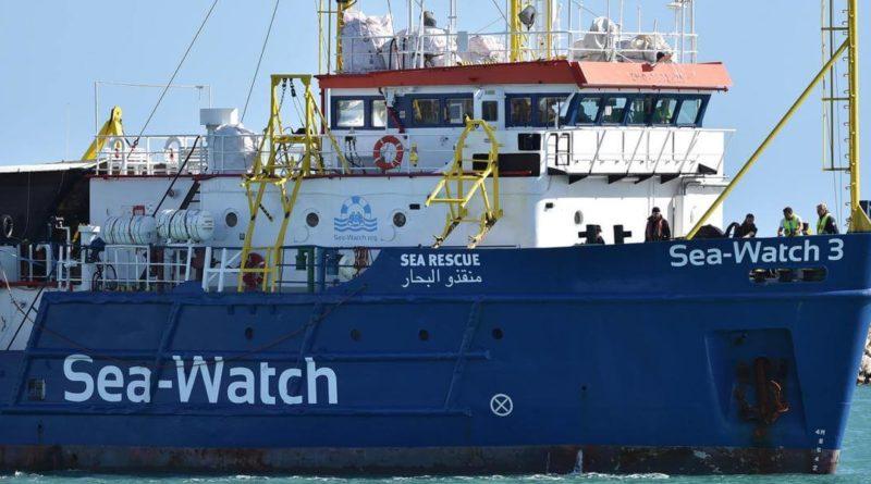 """Sea Watch, l'appello dei migranti: """"Fateci scendere"""". Salvini: """"Non sbarcano neanche a Natale"""""""