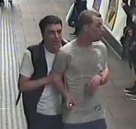 Londra, spruzzano gas lacrimogeno in metro e fuggono: ricercati due uomini
