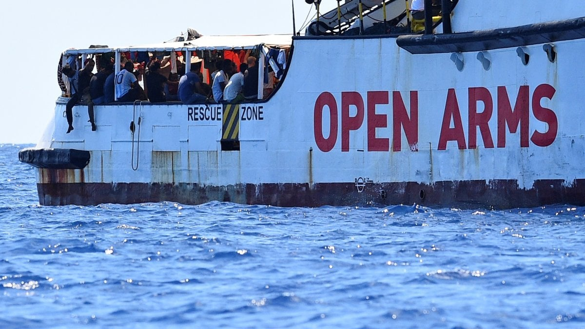Open Arms: flash mob davanti carcere, striscione contro Salvini