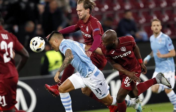 Europa League, Lazio battuto dal Cluj 2-1: qualificazione già a rischio