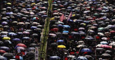 Hong Kong: in migliaia sfidano divieto della polizia