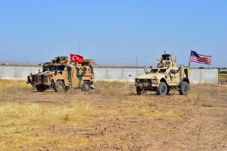 I terroristi di Daesh commettono un massacro nel deserto siriano