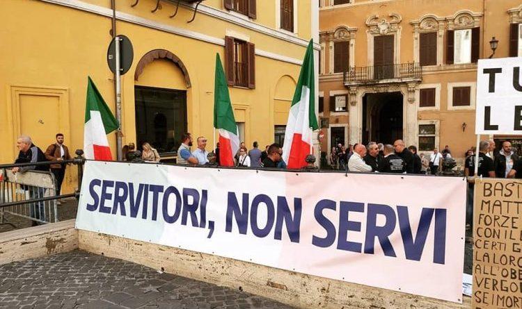 Servitori, non servi: scende in Piazza la Polizia