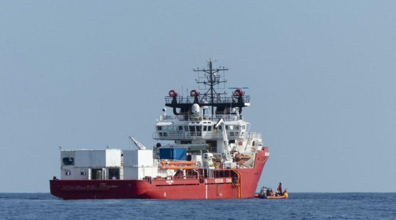 Migranti: arrivata nave a Taranto, tensione Lega-manifestanti