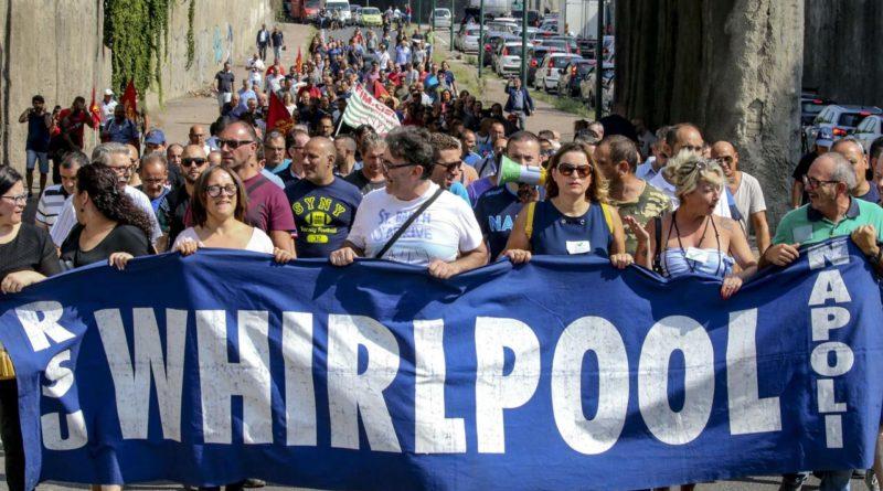 Whirlpool: dal 1 novembre stop attività a Napoli. Operai bloccano autostrada