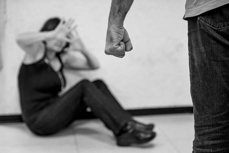 Sequestra ex moglie e tenta suicidio