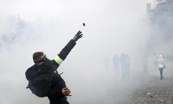 Gilet gialli a Parigi, blocchi e lacrimogeni