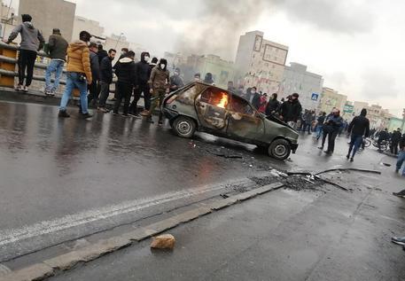 Proteste contro il caro benzina in Iran: 'I leader della rivolta saranno impiccati'