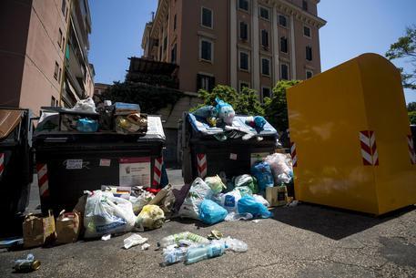 Rifiuti a Roma, è scontro Raggi-Zingaretti