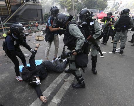 Hong Kong, Carrie Lam punta a 'soluzione pacifica'