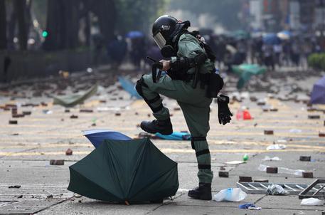 Hong Kong, polizia a studenti Politecnico: 'Arrendetevi'