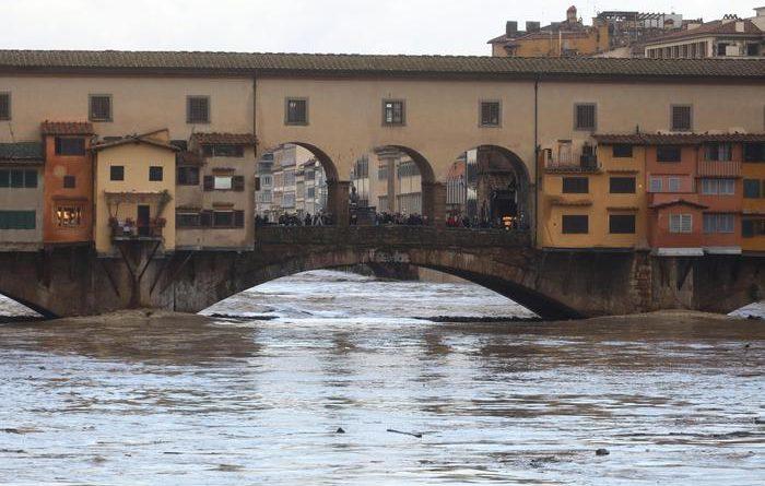 Maltempo. Venezia: attesa acqua alta. L'Arno sale a Firenze. Valanga su centro abitato in Val Martello