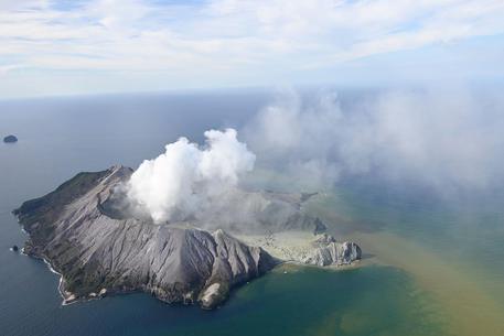 Erutta vulcano in Nuova Zelanda, almeno 5 morti, turisti dispersi