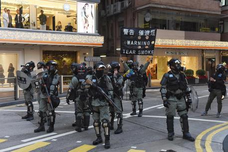 Hong Kong: polizia disinnesca due bombe