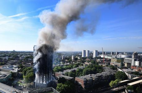 Grenfell Tower: via capo pompieri Londra