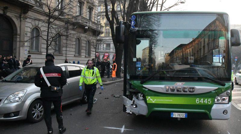 Scontro bus Milano, in coma una passante investita