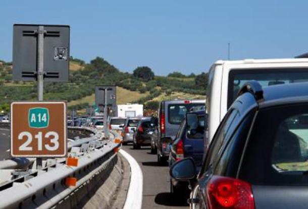 Tentato assalto a portavalori, inferno di fuoco sull'A1