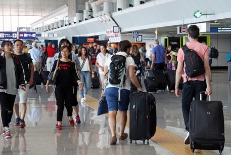 Istat: 816mila italiani all'estero. Calano del 17% gli ingressi degli immigrati