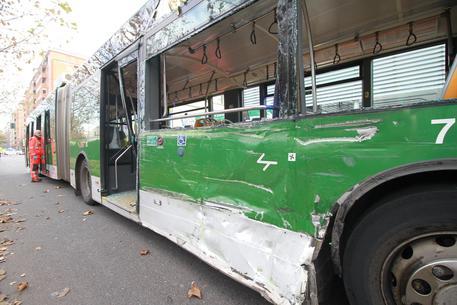 Scontro bus-camion rifiuti, gravissima donna in coma