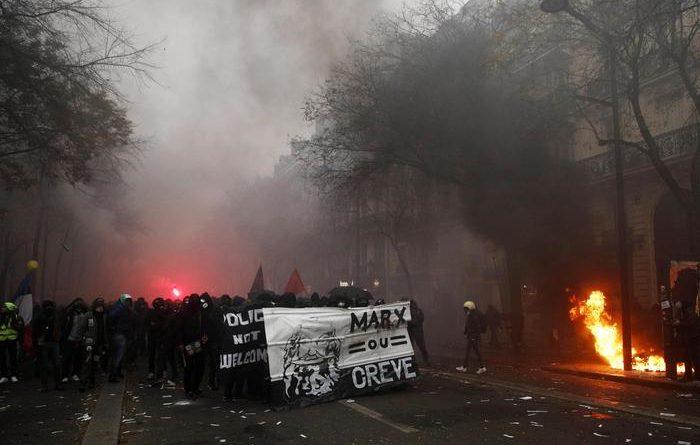 Francia. Sciopero generale contro la riforma delle pensioni: scontri a Parigi, in azione i black bloc