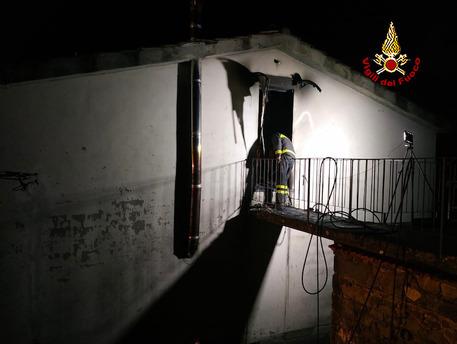 Incendio casa in Lucchesia, morta 14enne
