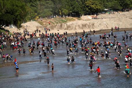In mille passano da Guatemala in Messico