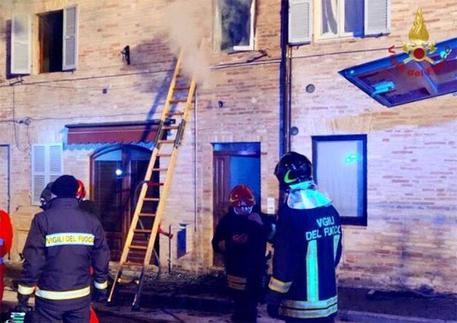 Bimba muore in incendio: madre arrestata da Carabinieri