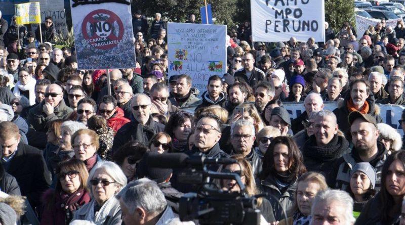 Rifiuti Roma, in piazza del Campidoglio protesta contro discarica