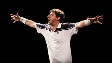 PICCOLO ELISEO: Emilio Solfrizzi sul campo da tennis di 'Roger' di Umberto Marino