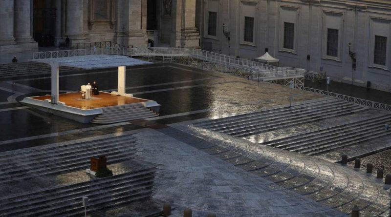 Il Papa prega per il mondo: E' scesa la sera. Dio non lasciarci in balia della tempesta
