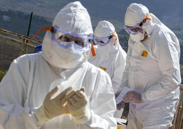 Coronavirus: 'Calano malati in terapia intensiva, è la prima volta. In Lombardia in giro con le mascherine'