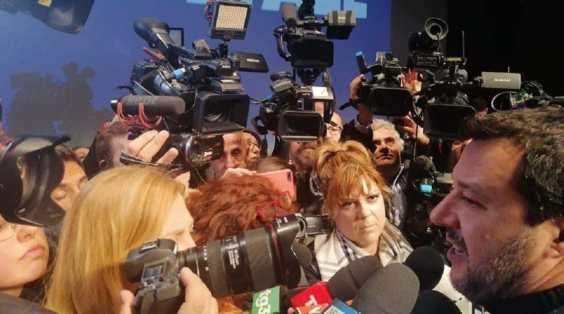 """Coronavirus, il nuovo appello di Salvini: """"Riapriamo le Chiese per Pasqua"""""""