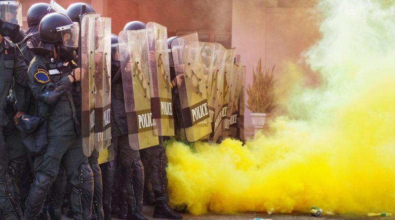 Organizzazioni di estrema destra in piazza a Roma, tensione e lancio di fumogeni