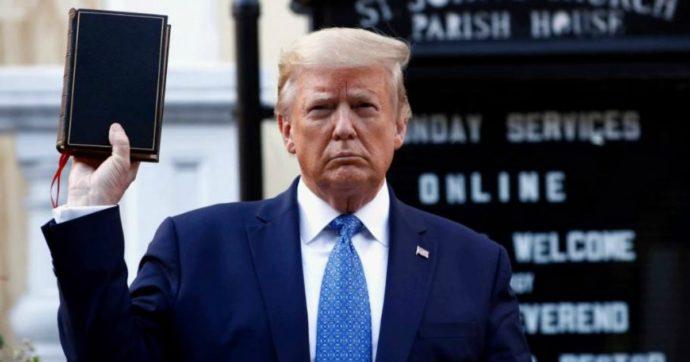 Polemica per la foto di Trump con la Bibbia