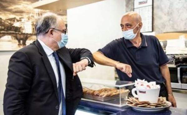 """Dl Rilancio e Gualtieri: """"Abbiamo vinto la scommessa"""". E un barista gli offre il caffè"""