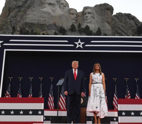 Ironia social su vestito Melania, 'scarabocchiato da Trump'