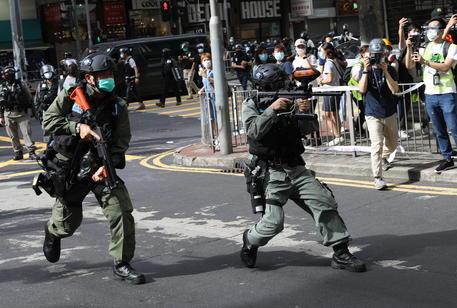 Hong Kong: migliaia in piazza, almeno 80 arresti