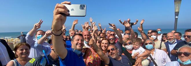 Salvini a sorpresa a Mondragone dopo le proteste: bagno di folla