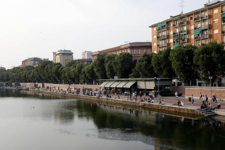 Venditore di rose spinto nel Naviglio a Milano