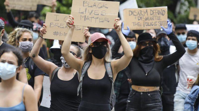 Baltimora, manifestanti abbattono statua di Cristoforo Colombo
