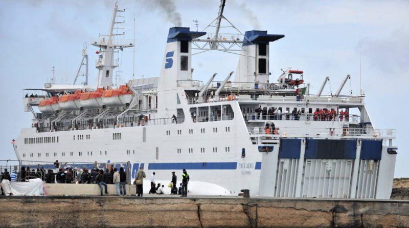70 migranti a Roccella Jonica, 28 positivi al coronavirus. Scoppia la protesta