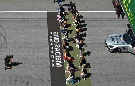 F1 torna con il Gp d'Austria, piloti si inginocchiano contro razzismo