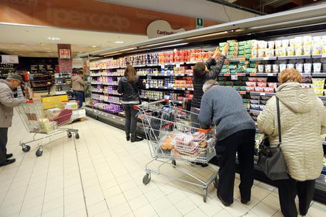 Censis, italiani impauriti e incerti, cresce il risparmio