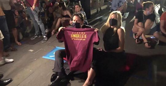 Roma, inaugurazione Cinema America: Conte arriva a sorpresa con la fidanzata e si siede a terra tra i ragazzi