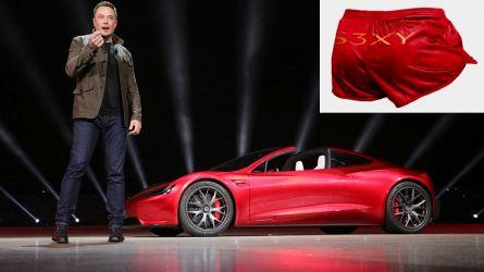 Elon Musk vende i pantaloncini Tesla e il titolo vola in Borsa