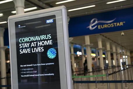 Coronavirus: folla di britannici su treni e aerei da Francia